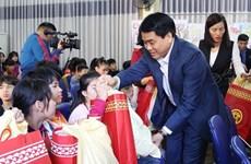 Des autorités de Hanoi offrent des cadeaux du Têt