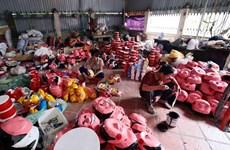 Un village de fabrication des jouets traditionnels de la Fête de la mi-automne à Hung Yen