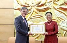 """Insigne """"Pour la paix et l'amitié entre les nations"""" à l'ambassadeur du Laos au Vietnam"""