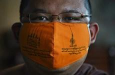 COVID-19 : des masques en plastique recyclé fabriqués par des moines thaïlandais