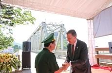 Rencontre émotionnelle entre vétérans vietnamiens et américains sur le pont Ham Rong