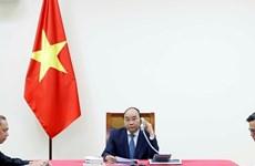 Nguyên Xuân Phuc et Shinzo Abe s'entretiennent sur les liens Vietnam-Japon