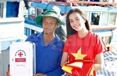 Remise de 3.000 drapeux nationaux à des pêcheurs de Ly Son