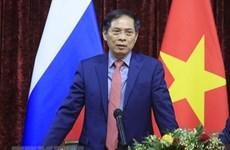 Le ministre des Affaires étrangères Bui Thanh Son rencontre des Vietnamiens en Russie