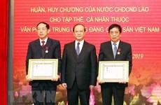 Remise des distinctions honorifiques de l'Etat laotien au Bureau du CC du PCV