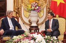 De hauts responsables accueillent l'ancienne secrétaire d'État américaine à Hanoi