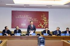 Les vice-PM Vuong Dinh Hue et Vu Duc Dam présentent leurs vœux de Nouvel an à des ouvriers