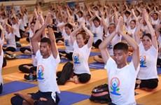 Près de 1 000 personnes pratiquent le yoga ensemble à Hanoi