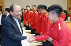 Nguyên Xuân Phuc encourage la sélection nationale de football en compétition en Thaïlande