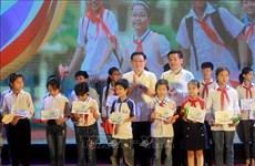 Le vice-PM Vuong Dinh Huê à une soirée de gala en soutien aux élèves démunis