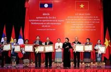 Des distinctions honorifiques de l'Etat vietnamien à des collectifs et des individus laotiens