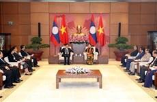 La présidente de l'AN Nguyen Thi Kim Ngan rencontre le Premier ministre laotien Thongloun Sisoulith