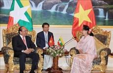 Le Premier ministre Nguyen Xuan Phuc s'entretient avec la conseillère d'État du Myanmar
