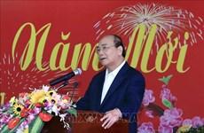 Le PM Nguyen Xuan Phuc rencontre d'anciens responsables de la région centrale