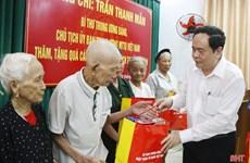Trân Thanh Mân offre des cadeaux à des personnes méritantes de Hà Tinh