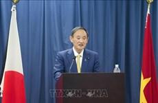 Le PM japonais rencontre des étudiants de l'Université Vietnam-Japon