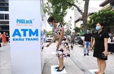 Les Hanoïens enthousiasmés par le guichet automatique de masques médicaux