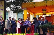 Le président offre de l'encens dans la cité impériale de Thang Long