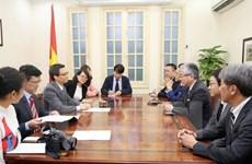 Le vice-PM Vu Duc Dam reçoit le président du quotidien japonais Asahi Shimbun