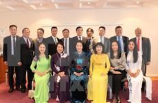 La présidente de l'AN Nguyên Thi Kim Ngân rencontre des Vietnamiens d'Europe