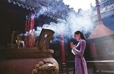 Tenue correcte exigée à l'entrée des temples à Hanoi