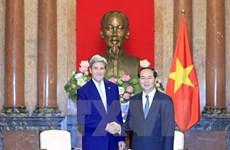 Le président Tran Dai Quang invite John Kerry de continuer à soutenir les liens Vietnam-États-Unis