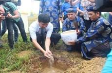 Cérémonie de réception de la terre sacrée du district de Truong Sa à l'esplanade de Xa Tac