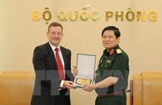 Le ministre de la Défense Ngô Xuân Lich reçoit l'ambassadeur de France