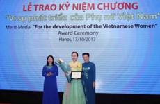 Médaille « Pour le développement des femmes vietnamiennes » à Han Mi Young