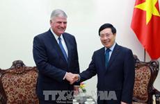 Le vice-PM Pham Binh Minh reçoit le président de Samaritan's Purse Intenational Relief