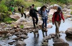 Les jeunes citadins vietnamiens trouvent randonnée à leur pied