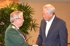 Le général Nguyen Chi Vinh rencontre les ministres singapourien et chinois de la Défense