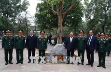 Le Premier ministre rend visite au commandement militaire de Hanoï