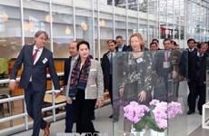La présidente de l'AN Nguyên Thi Kim Ngân visite un centre d'agriculture high-tech aux Pays-Bas