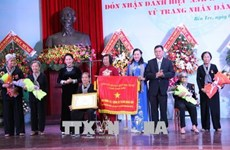 La présidente de l'AN décore l'armée des soldats aux cheveux longs