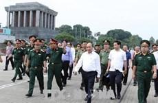 Le PM Nguyên Xuân Phuc inspecte l'entretien du mausolée du Président Hô Chi Minh