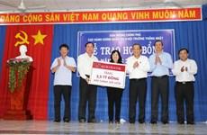 Le vice-PM Truong Hoà Binh offre des cadeaux aux familles et étudiants pauvres