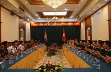 Echange entre des jeunes officiers vietnamiens et cambodgiens