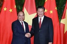 Le PM Nguyen Xuan Phuc rencontre le dirigeant chinois Xi Jinping à Shanghai