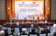 Le dirigeant cubain Miguel Díaz-Canel Bermúdez rencontre des amis vietnamiens