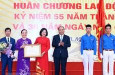 Le PM visite l'école Da Phuc à l'occasion de la Journée des enseignants au Vietnam