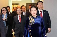 La présidente de l'AN salue les familles des Vietnamiens et Sud-Coréens