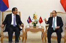 Le PM Nguyên Xuân Phuc s'entretient avec son homologue cambodgien Hun Sen