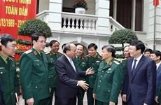"""Le PM Nguyên Xuân Phuc travaille avec le journal """"Armée populaire"""""""