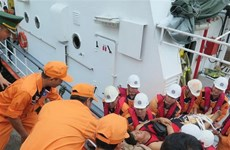 Des marins philippins blessés amenés à terre pour traitement