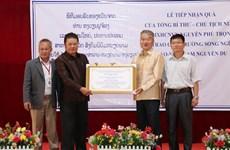 Remise de cadeaux du dirigeant Nguyen Phu Trong à une école au Laos