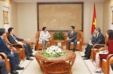 Le vice-PM Vu Duc Dam reçoit la directrice générale adjointe de l'AIEA