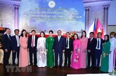 Le PM Nguyên Xuân Phuc salue la communauté vietnamienne en République tchèque