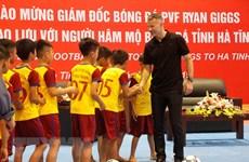 L'ex-capitaine de MU Ryan Giggs rencontre des footballeurs en herbe à Hà Tinh