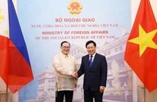Les chefs de la diplomatie vietnamien et philippin s'entretiennent à Hanoi